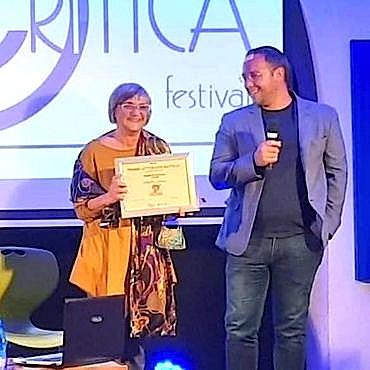 Ippolita Luzzo consegna il premio Nautilus.Litweb a Salvatore Conaci