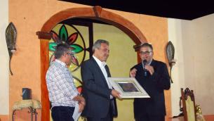 Luigi Sbarra mentre riceve il Premio alla carriera