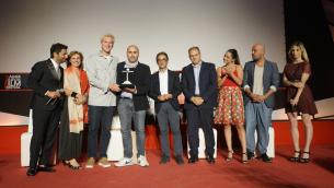 Il regista Francesco Ghiaccio ed alcuni interpreti di «Un posto sicuro», vincitore del Mgff
