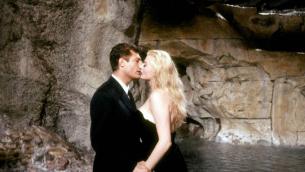 La dolce vita: Marcello Mastroianni e Anita Ekberg nella celebre scena del bacio nella Fontana di Trevi