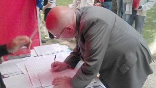 Oliverio mentre firma la legge regionale di iniziativa popolare promossa dal Coordinamento «Bruno Arcuri»