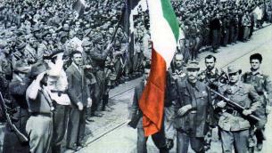 Il_6_maggio_1945_il_comandante_Petralia_consegna_la_bandiera_delle_Brigate_Garibaldi_piemontesi_al_rappresentante_del_Governo