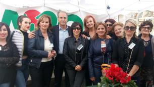 Il sindaco di Lamezia Terme, Paolo Mascaro, assieme ad alcune volontarie dell'Avo