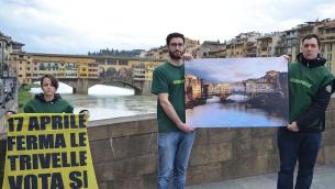 I volontari di Greenpeace in azione a Firenze