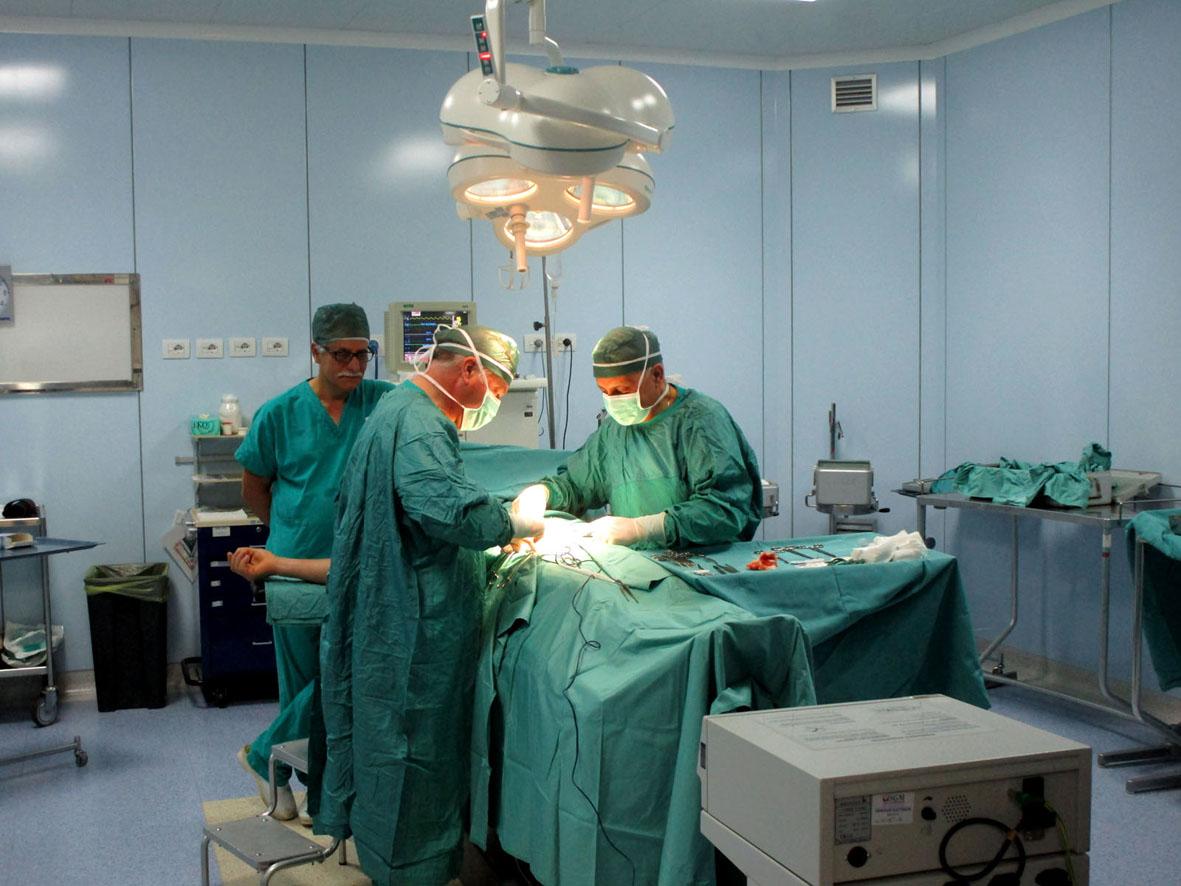 Il dottore Manfredo Tedesco in sala operatoria