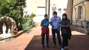 morabito-consegna-le-mascherine-alle-operatrici-della-casa-di-riposo-federica-spena-e-anna-saladino