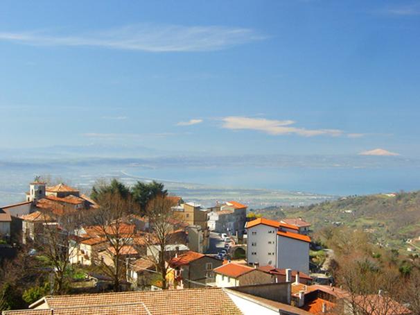 Panorama di Platania. Sullo sfondo il mare del golfo di Sant'Eufemia e la sagoma dell'Etna in Sicilia