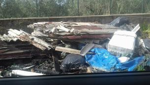 Un'immagine della discarica abusiva di via dei Piceni