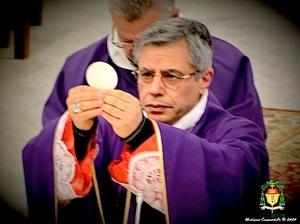 vescovo-con-ostia