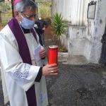 vescovo-davanti-cimitero-2