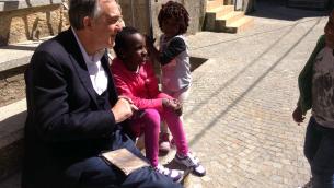 Il presidente della Regione Toscana, Enrico Rossi, con alcuni bambini a Riace (foto di Alfonso Musci)