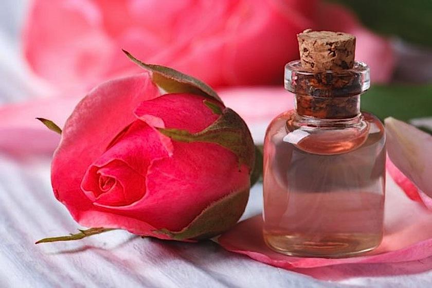 acqua-di-rose-che-cose-utilizzi-e-come-prepararla-in-casa-696x464