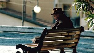 anziano-solo-panchina