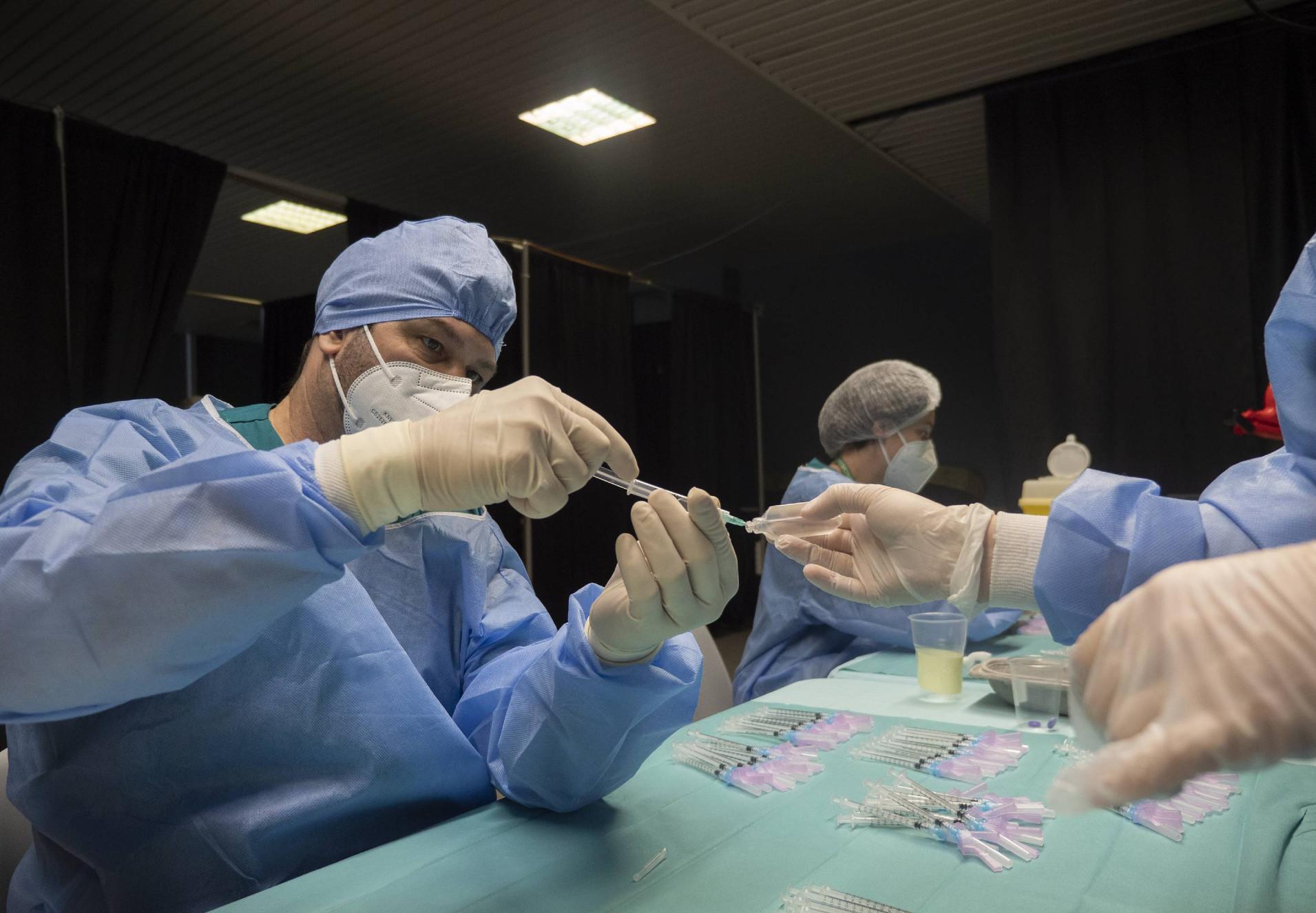 AstraZeneca zavorra il piano vaccinale, ma Draghi tira dritto