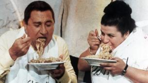 Alberto Sordi e Anna Longhi, in un episodio del film «Dove Vai in Vacanza?»