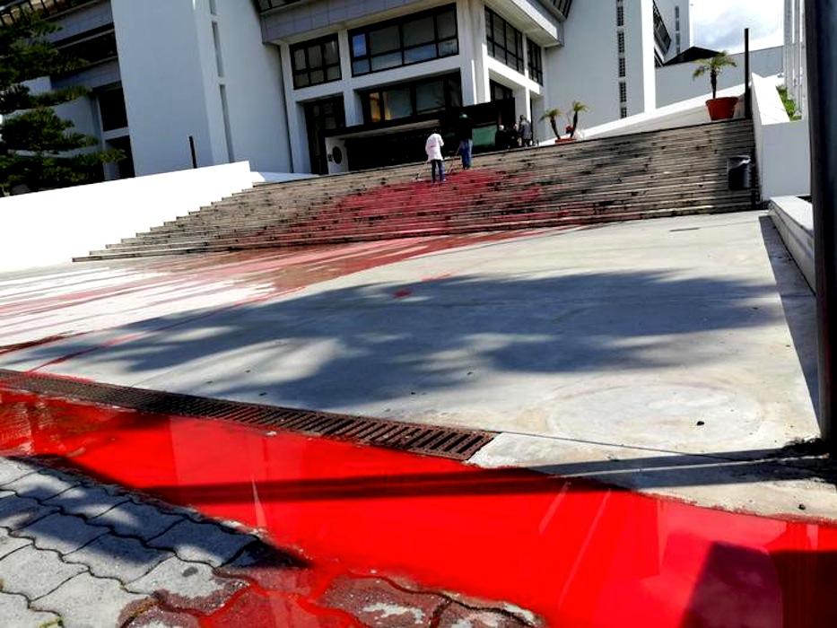 Vernice rossa versata davanti a sede Consiglio regionale Calabria