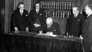 Il presidente della Repubblica Enrico De Nicola firma la Costituzione italiana alla presenza di Alcide De Gasperi e Umberto Terracini, il 27 dicembre 1947