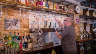 Covid Gb, prove di normalità: riaperture dai pub allo shopping