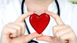 cuore-rosso-tra-mani-medico-350x231