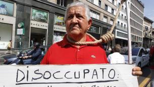 Milano, singolare protesta di un disoccupato con cappio al collo
