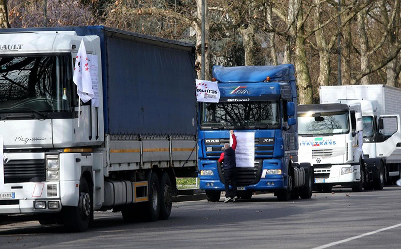 Milano, sciopero degli autotrasportatori aderenti al sindacato Unatras