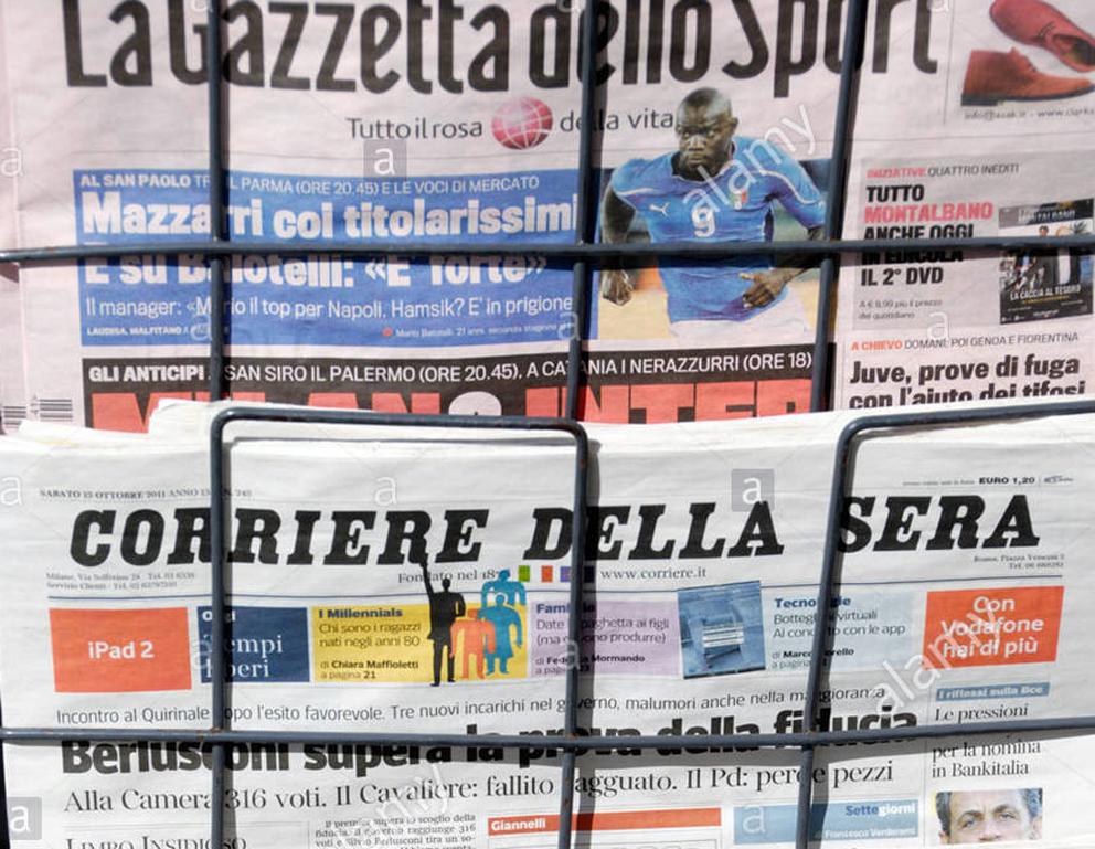 il-corriere-della-sera-e-gazzetta-dello-sport-italiano-quotidiani-su-un-piedistallo-di-notizie-c8dn3k