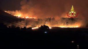 Incendi Sicilia e Calabria, vigili del fuoco contro le fiamme - video