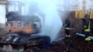 L'escavatore incendiato a Vibo Valentia (foto tratta dal sito www.21righe.it)