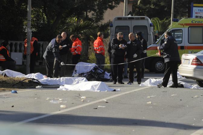 AUTO TRAVOLGE CICLISTI IN CALABRIA: SETTE MORTI