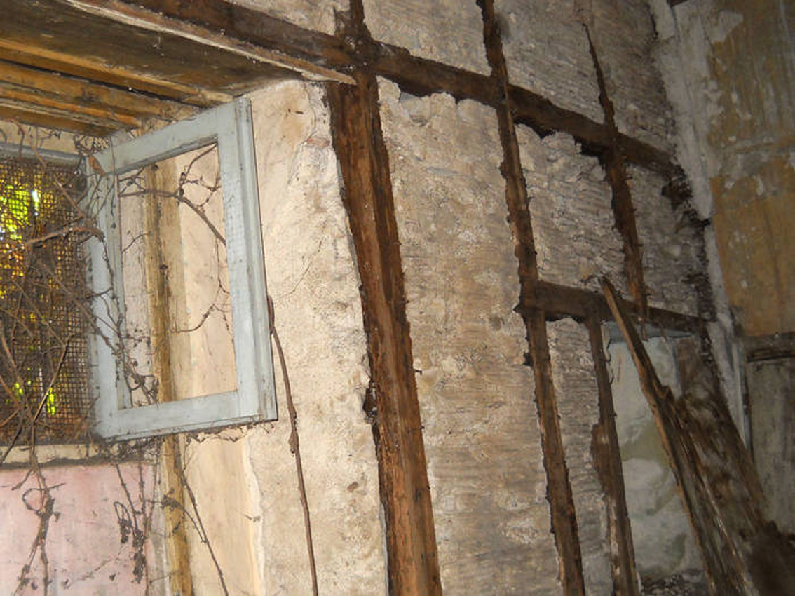 Parete del Palazzo vescovile di Mileto, costruito secondo la tecnica della «casa baraccata»