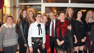 Il sindaco di Lamezia Terme, Paolo Mascaro assieme ad Elena Vera Stella e alle ragazze del suo staff