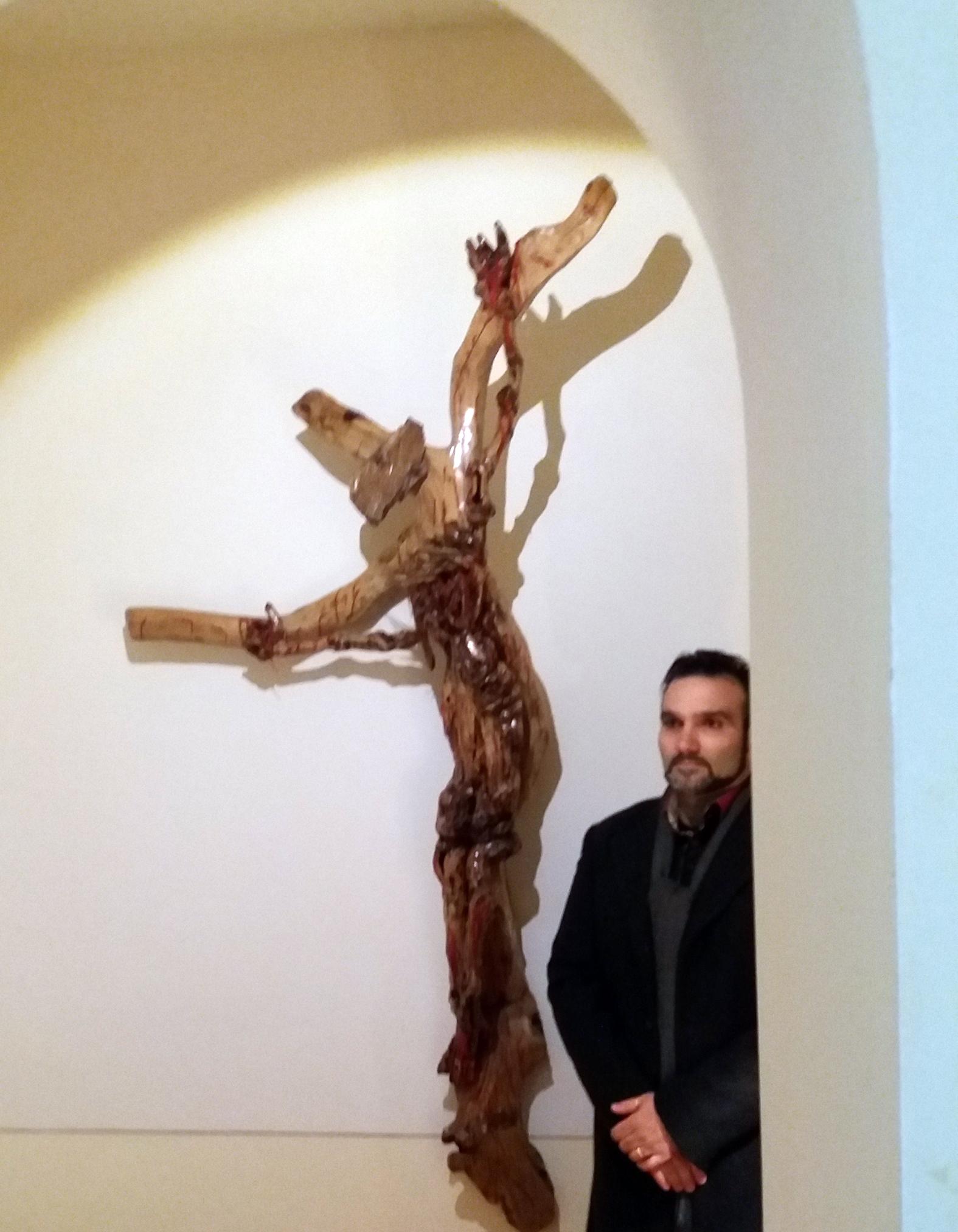 Raffaele Mazza, accanto all'opera donata al Museo