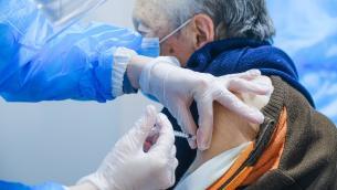 """Terza dose vaccino Covid, Pregliasco: """"A tutti con colpo coda virus"""""""