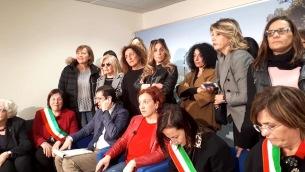 Una rappresentanza di donne al Consiglio regionale assiste alla discussione (foto da Fb Raffaella Rinaldis)