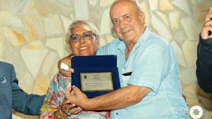 Virginia Tropeano, vedova di Rosario Arcuri, riceve il Premio da Leopoldo Chieffallo